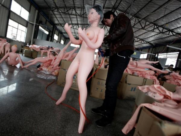 На китайской фабрике по производству секс-кукол. Фото №1