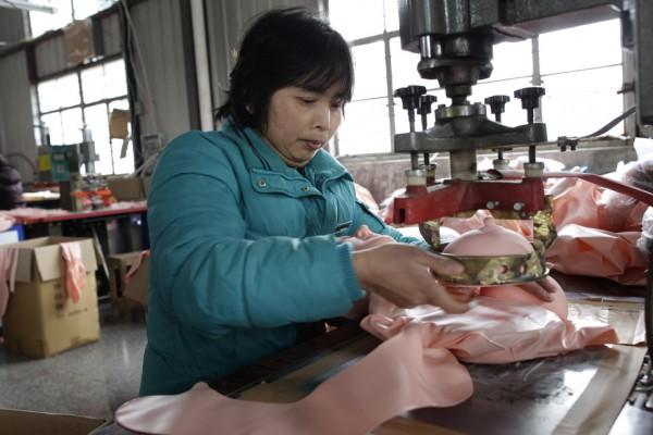 На китайской фабрике по производству секс-кукол. Фото №11