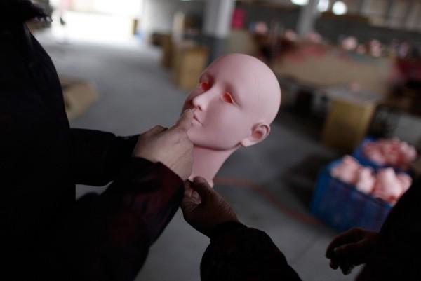 На китайской фабрике по производству секс-кукол. Фото №17