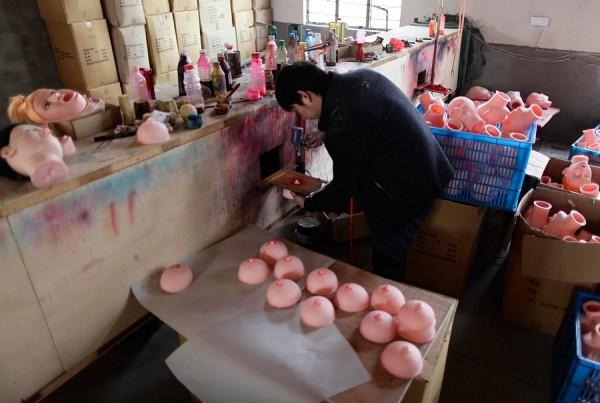 На китайской фабрике по производству секс-кукол. Фото №20