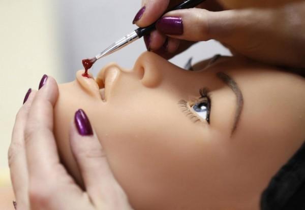Рафаэла, одна из сотрудниц компании, работает над макияжем одной из кукол.