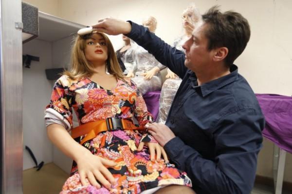 Тьерри Реверди расчесывает куклу.